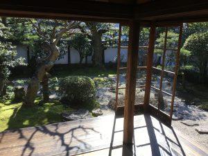 明治初期のガラスは宝石並みに貴重な存在。この写真に写っているガラスは日本に初めて入った時のものらしい。