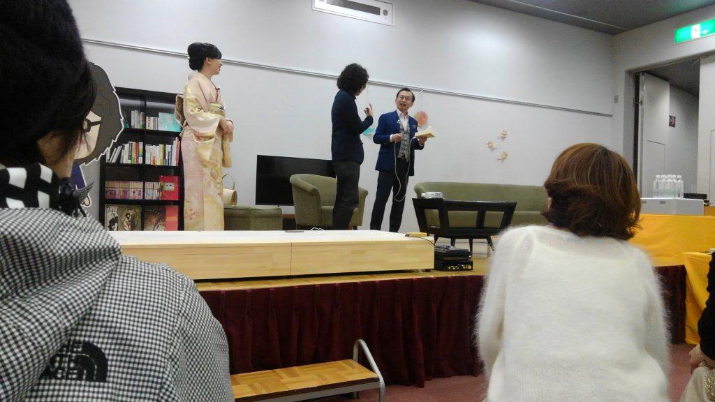 宅理学 京都。ロゴフェスにて 正面向いている先生が持たれているのがラインを見つけるダウジング