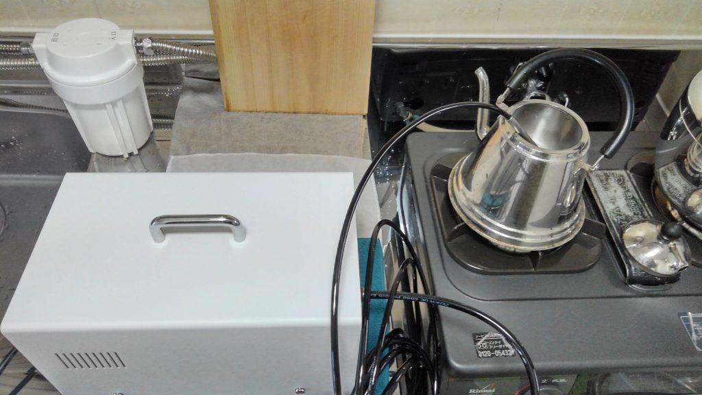 エネルギーチャージ 空気活性器でやかんの中の水を中性に戻している(エネルギーチャージしている)ところ