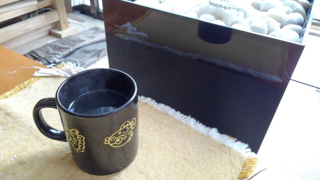 水琴窟の傍らでコーヒーをすする。インスタントだが、使用した水は、エリクサー水をさらに空気活性器でエネルギーチャージしている。