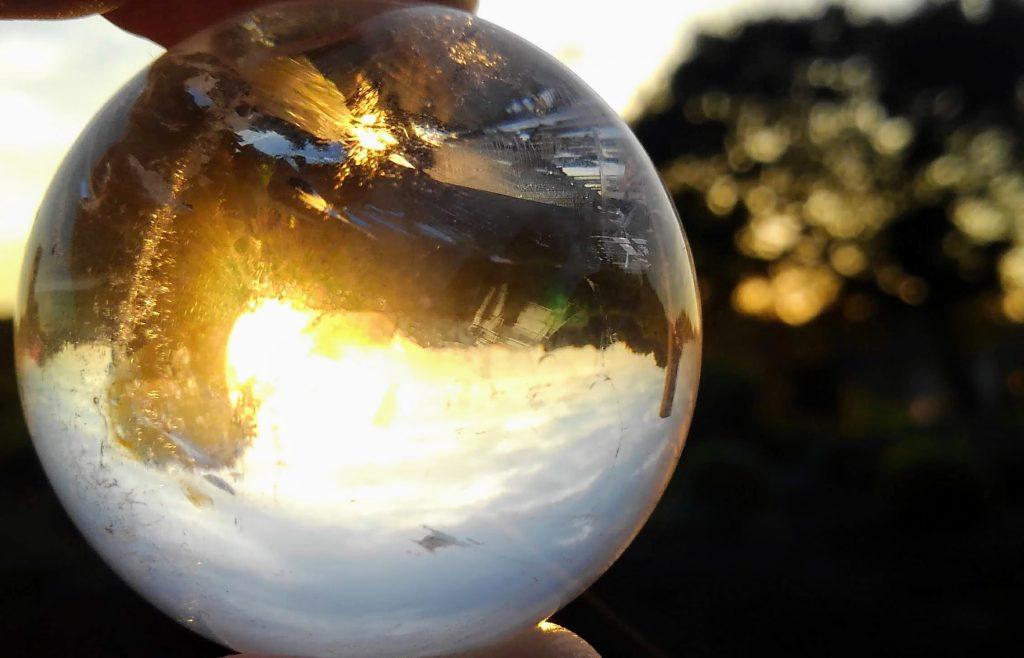 水晶越しの日の出 日の出を拝むことを夏至の少し前から行っている。写真はついでなので水晶を浄化しているところ